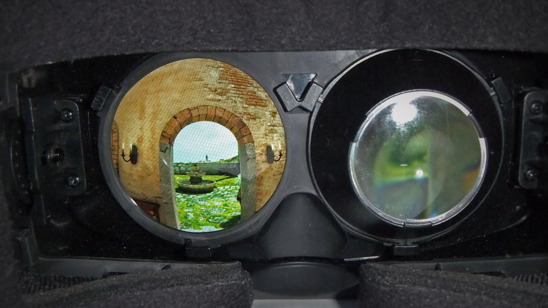 En esta imagen hemos quitado la lente izquierda para que veáis la pantalla LCD