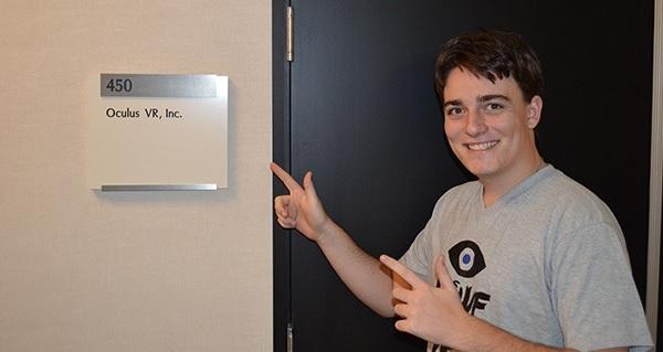 Palmer Luckey en la puerta de su oficina
