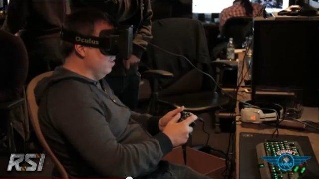 Chris Roberts probando el módulo de combate con un Oculus Rift