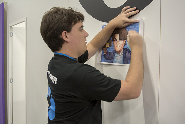 Palmer firmando su propia caricatura a nuestro compañero Sey