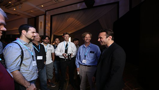 Brendan Iribe charlando con algunos desrrolladores en Oculus Connect