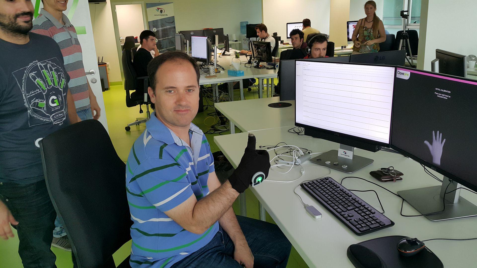 Juanlo probando Gloveone en la sede de Neurodigital